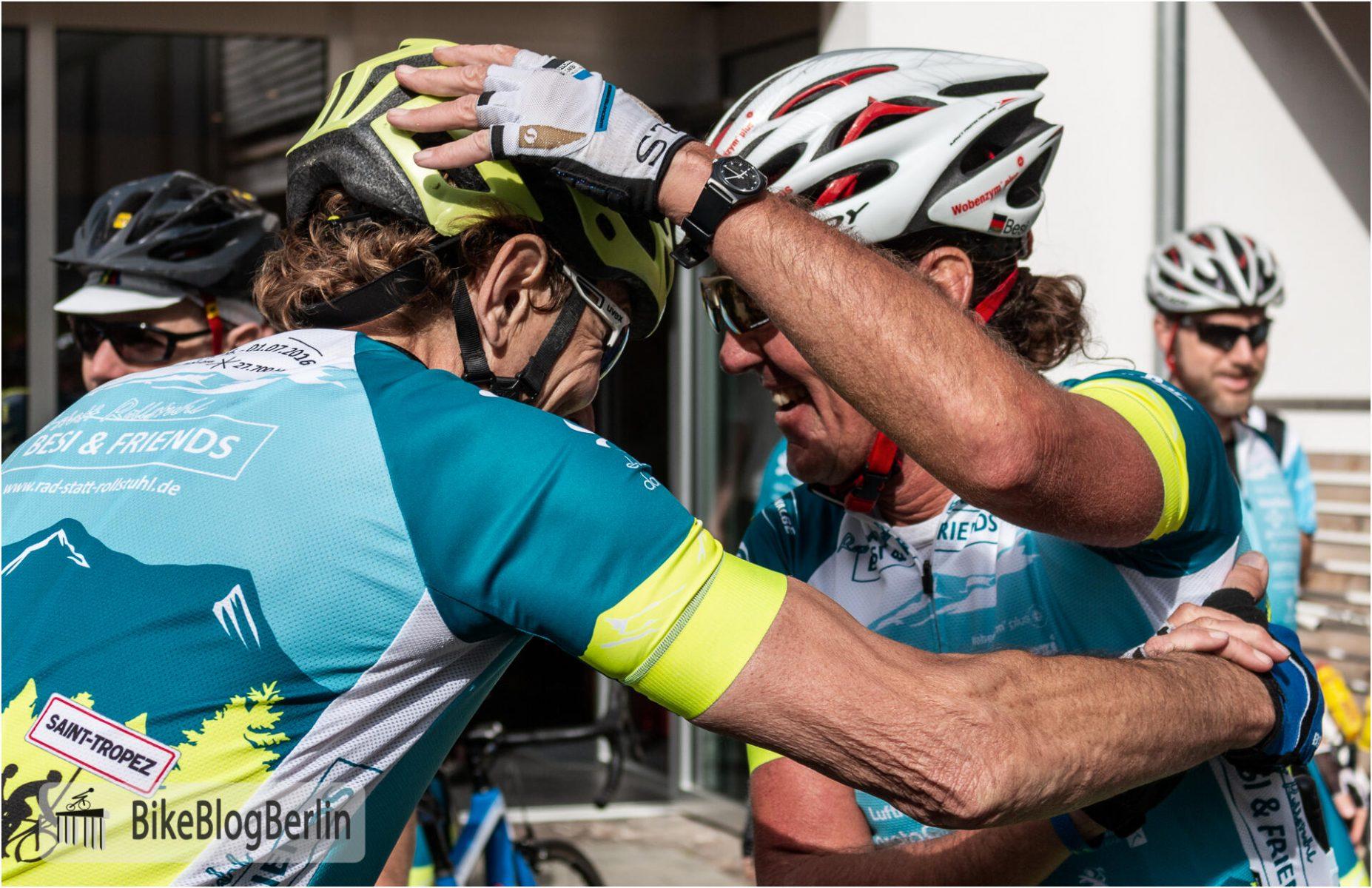 Besi gratuliert Lorenz zum Erreichen des Etappenziels, indem er ihm auf den Helm klopft.