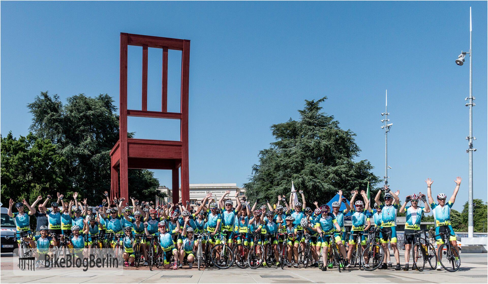 """Das Team von Besi & Friends auf dem Place des Nations in Genf. Im Hintergrund das UN-Gebäude und der """"Broken Chair""""."""