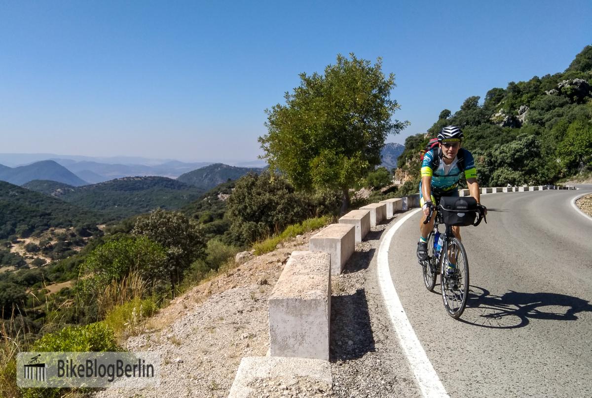 Mit leichtem Gepäck auf dem Rennrad / Gravelbike reisen: in Andalusien kein Problem. Foto: Britta Münster / BikeBlogBerlin
